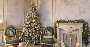 Χρυσός-πράσινο χριστουγεννιάτικο δέντρο στο δωμάτιο απόθεμα βίντεο