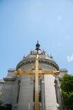 Χρυσός σταυρός έξω από τον καθεδρικό ναό του ST Paul Στοκ Εικόνες