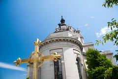 Χρυσός σταυρός έξω από τον καθεδρικό ναό του ST Paul Στοκ φωτογραφία με δικαίωμα ελεύθερης χρήσης