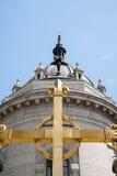 Χρυσός σταυρός έξω από τον καθεδρικό ναό του ST Paul Στοκ Φωτογραφία