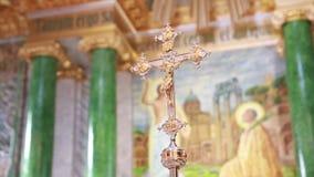 Χρυσός σταυρός εκκλησιών στην εστίαση σε ένα κλίμα απόθεμα βίντεο