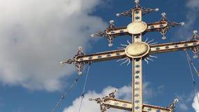 Χρυσός σταυρός ενάντια στον ουρανό απόθεμα βίντεο
