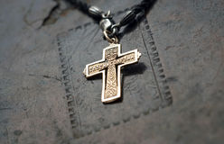 Χρυσός σταυρός στο παλαιό βιβλίο Στοκ Φωτογραφία