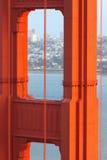 Χρυσός στενός επάνω πύργων γεφυρών πυλών Στοκ Φωτογραφίες