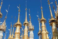 Χρυσός στις κορυφές Dein Stupas Στοκ εικόνες με δικαίωμα ελεύθερης χρήσης