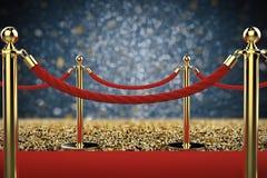 Χρυσός στυλοβάτης με το εμπόδιο σχοινιών στο κόκκινο χαλί Στοκ φωτογραφία με δικαίωμα ελεύθερης χρήσης