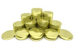 Χρυσός σωρός νομισμάτων που απομονώνεται στο λευκό, άποψη κινηματογραφήσεων σε πρώτο πλάνο Στοκ Εικόνες