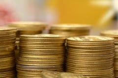 Χρυσός σωρός νομισμάτων που κάνει ένα οικονομικό υπόβαθρο Στοκ φωτογραφίες με δικαίωμα ελεύθερης χρήσης