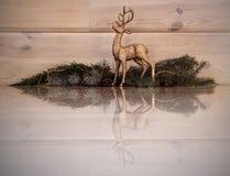 Χρυσός, τάρανδος Χριστουγέννων με μια αντανάκλαση στο πάτωμα στοκ εικόνα με δικαίωμα ελεύθερης χρήσης