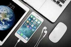 Χρυσός της Apple iPad με το iPhone 8 συν και MacBook Pro Στοκ Εικόνα