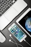 Χρυσός της Apple iPad με το iPhone 8 συν και MacBook Pro Στοκ Εικόνες