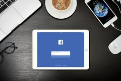 Χρυσός της Apple iPad με με Facebook app στην οθόνη Στοκ Φωτογραφίες
