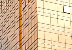 Χρυσός τοίχος γυαλιού ενός κτηρίου Στοκ Εικόνες