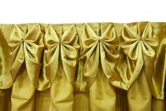 Χρυσός τραπεζομάντιλων στον πίνακα στο άσπρο υπόβαθρο Στοκ εικόνα με δικαίωμα ελεύθερης χρήσης