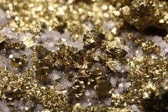 Χρυσός φανείτε συστάδα κρυστάλλου κύβων πυρίτη με το χαλαζία στοκ φωτογραφίες