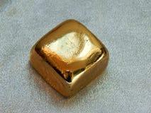 Χρυσός φραγμός από το χρυσό φύλλο σε ένα αργυροειδές υπόβαθρο Στοκ Εικόνες