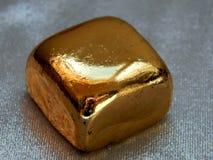 Χρυσός φραγμός από το χρυσό φύλλο σε ένα αργυροειδές υπόβαθρο Στοκ εικόνα με δικαίωμα ελεύθερης χρήσης