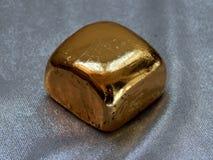 Χρυσός φραγμός από το χρυσό φύλλο σε ένα αργυροειδές υπόβαθρο Στοκ φωτογραφία με δικαίωμα ελεύθερης χρήσης
