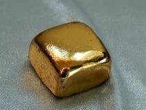 Χρυσός φραγμός από το χρυσό φύλλο σε ένα αργυροειδές υπόβαθρο Στοκ εικόνες με δικαίωμα ελεύθερης χρήσης
