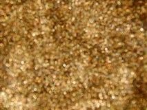 Χρυσός φραγμός με ένα καρύδι από το χρυσό φύλλο σε ένα άσπρο υπόβαθρο Στοκ Φωτογραφία