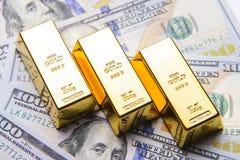 Χρυσός φραγμός με τους αμερικανικούς λογαριασμούς εκατό δολαρίων Στοκ Φωτογραφία