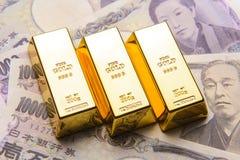 Χρυσός φραγμός με τους ιαπωνικούς λογαριασμούς γεν Στοκ εικόνα με δικαίωμα ελεύθερης χρήσης