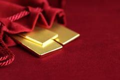 Χρυσός φραγμός στη σακούλα βελούδου Στοκ εικόνα με δικαίωμα ελεύθερης χρήσης