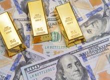 Χρυσός φραγμός τρία με τους νέους αμερικανικούς λογαριασμούς εκατό δολαρίων Στοκ Εικόνα