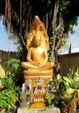 Χρυσός-χρωματισμένο άγαλμα του Βούδα έξω από το ναό Στοκ Φωτογραφίες