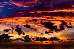 Χρυσός χρόνος λυκόφατος μετά από το ηλιοβασίλεμα μπροστά από την παραλία σε Phuket, Στοκ φωτογραφίες με δικαίωμα ελεύθερης χρήσης