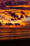 Χρυσός χρόνος λυκόφατος μετά από το ηλιοβασίλεμα μπροστά από την παραλία σε Phuket, Τ Στοκ φωτογραφία με δικαίωμα ελεύθερης χρήσης
