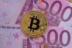 Χρυσός bitcoin επάνω από 500 ευρο- τραπεζογραμμάτια κλείστε επάνω στοκ φωτογραφίες