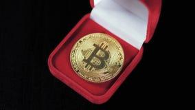 Χρυσός bitcoin Θησαυροί - crypto ethereum νομίσματος litecoin Παλαιά ξύλινα εικονικά χρήματα κιβωτίων σε ένα σκοτεινό υπόβαθρο Χέ φιλμ μικρού μήκους