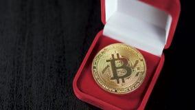 Χρυσός bitcoin Θησαυροί - crypto ethereum νομίσματος litecoin Παλαιά ξύλινα εικονικά χρήματα κιβωτίων σε ένα σκοτεινό υπόβαθρο Χέ απόθεμα βίντεο