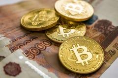 Χρυσός Bitcoin και το ρωσικό ρούβλι Νόμισμα Bitcoin στο υπόβαθρο των ρωσικών ρουβλιών Στοκ εικόνα με δικαίωμα ελεύθερης χρήσης