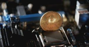 Χρυσός bitcoin με τη μητρική κάρτα Νέο crypto νόμισμα, bitcoin και χρηματοδότηση αμοιβών υπολογιστών απόθεμα βίντεο