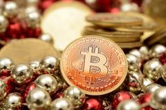 Χρυσός Bitcoin με το σωρό πολυτέλειας των νομισμάτων Στοκ Εικόνες