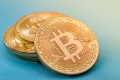χρυσός bitcoin που απομονώνεται στο μπλε Στοκ φωτογραφία με δικαίωμα ελεύθερης χρήσης