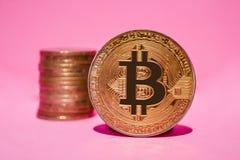 Χρυσός bitcoin σε ένα ρόδινο υπόβαθρο Crypto νόμισμα στοκ εικόνες