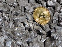 Χρυσός bitcoin σε ένα υπόβαθρο άνθρακα ` s Crypto Mayerized νόμισμα Μισθοδοτική κατάσταση μέσω του Διαδικτύου Crypto σταλαγματιάς στοκ εικόνες με δικαίωμα ελεύθερης χρήσης