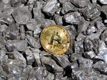 Χρυσός bitcoin σε ένα υπόβαθρο άνθρακα ` s Crypto Mayerized νόμισμα Μισθοδοτική κατάσταση μέσω του Διαδικτύου Crypto σταλαγματιάς στοκ εικόνα