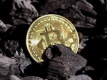 Χρυσός bitcoin σε ένα υπόβαθρο άνθρακα ` s Crypto Mayerized νόμισμα Μισθοδοτική κατάσταση μέσω του Διαδικτύου Crypto σταλαγματιάς στοκ φωτογραφία