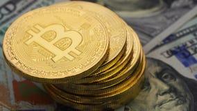 Χρυσός bitcoins και δολάρια, κινηματογράφηση σε πρώτο πλάνο φιλμ μικρού μήκους