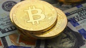 Χρυσός bitcoins και δολάρια, κινηματογράφηση σε πρώτο πλάνο απόθεμα βίντεο