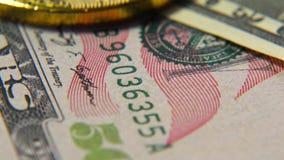 Χρυσός bitcoins και δολάρια Νέες και παλαιές πιστώσεις χρήματα εικονικά φιλμ μικρού μήκους