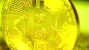 Χρυσός bitkoy Χρυσά νομίσματα Makrosimka των εικονικών χρημάτων Crypto νόμισμα απόθεμα βίντεο