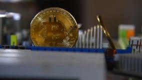 Χρυσός bitkoyn στο υπόβαθρο της μητρικής κάρτας Τηλεοπτικός στενός επάνω Η έννοια των εικονικών χρημάτων φιλμ μικρού μήκους