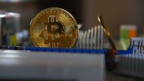 Χρυσός bitkoyn στο υπόβαθρο της μητρικής κάρτας Τηλεοπτικός στενός επάνω Η έννοια των εικονικών χρημάτων απόθεμα βίντεο