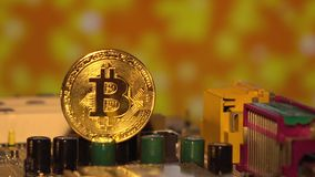 Χρυσός Cryptocurrency bitcoin Bitcoins στη μητρική κάρτα απόθεμα βίντεο