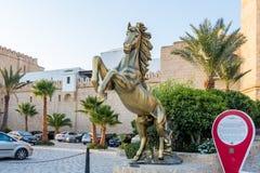 Χρυσό άγαλμα του αλόγου με δύο πόδια επάνω, Yasmine Hammamet, Τυνησία στοκ εικόνες